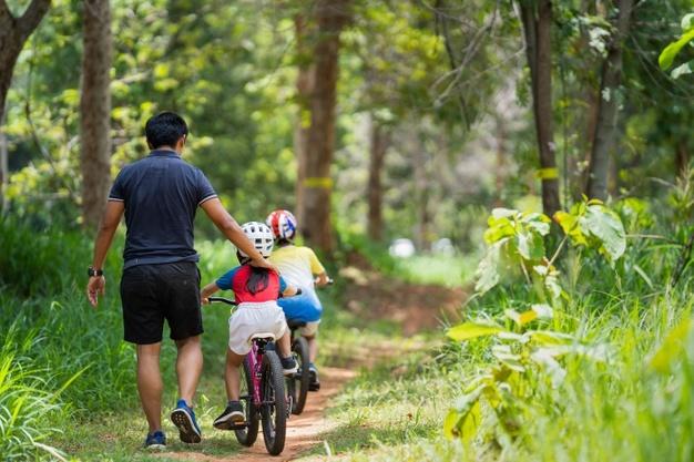 børn cykler på børnecykel